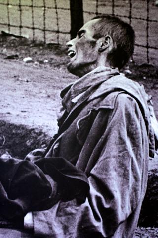 Bild: Zu Tode erschöpfter Häftling eines Konzentrationslagers - vermutlich KZ Dachau. Foto © 2010 Birk Karsten Ecke - Gedenkstätte Konzentrationslager Dachau.
