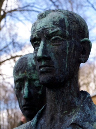 Bild: Detailansicht des Denkmals vor dem ehemaligen Krematorium.