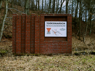 Bild: Gedenktafel am Netzkater bei Ilfeld zum Andenken an den Todesmarsch der Häftlinge aus dem KZ Mittelbau-Dora Anfang 1945.