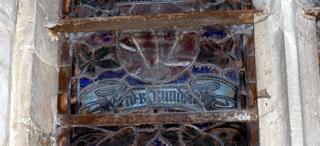 Bild: Farbiges Glasfenster in der Kirche St. Stephani zu Ehren des späteren Generalfeldmarschalls Gerd von Rundstedt, der 1875 in Aschersleben geboren wurde.