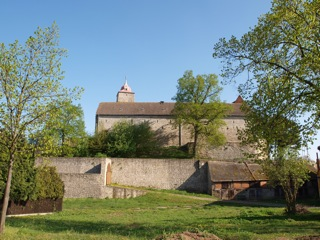 Bild: Die landwirtschaftliche Nutzung über viele Jahrhunderte hat deutliche Spuren an der Burg Hausneindorf hinterlassen.