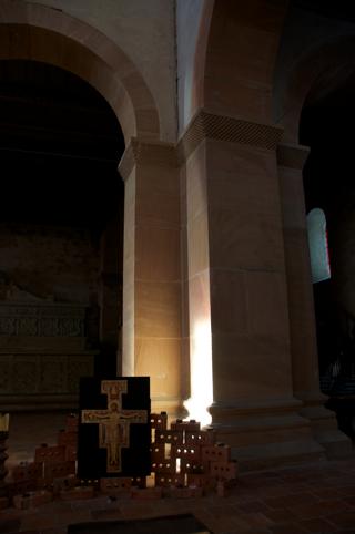 Bild: Kleiner Altar auf der Nordwestseite des Kirchenschiffes der Stiftskirche auf dem Petersberg bei Halle an der Saale.