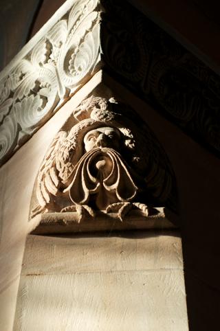 Bild: Detailansicht eines Säulenkapitells.