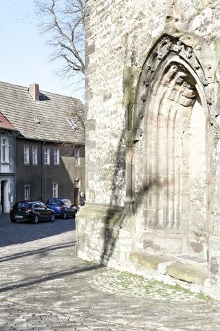 Bild: Die gotische Kirche beherrscht den Kirchplan der alten Stadt Querfurt. Hier wurde im Haus Nr. 7 am 30. Mai 1718 der Wissenschaftler, Theologe und Erfinder Jacob Christian Schäffer geboren.