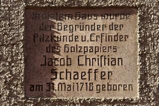 Bild: Inschrift am Geburtshaus von Jacob Christian Schäffer am Kirchplan Nr. 7 in Querfurt.