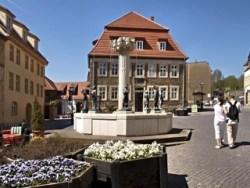 Bild: Das Katharinenstift mit dem Knappenbrunnenen in Eisleben. Hier war zwischen 1817 und 1844 die Bergschule untergebracht.