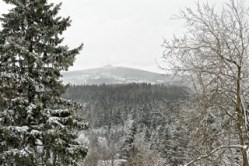 Bild: Blick vom Torfhaus bei Braunlage auf den Brockengipfel. Aufnahme vom April 2012.
