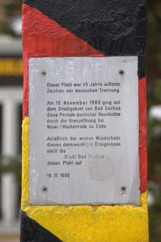 Bild: Grenzpfahl zum Gedenken an die unselige Teilung Deutschlands in Bad Sachsa. Aufnahme © 2010 by Birk Karsten Ecke.