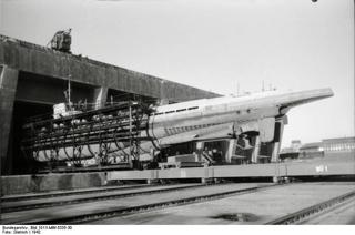 Bild: Das deutsche U-Boot U-67 im Trockendock von Lorient. Bild: Under the licence of Commons:Bundesarchiv. Bundesarchiv, Bild 101II-MW-5335-30 / Dietrich / CC-BY-SA.