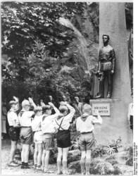 Bild: Pioniere grüßen Ende der 1950er Jahre vor dem Weineck-Denkmal in Halle an der Saale. Bild: Under the licence of Commons:Bundesarchiv. Bundesarchiv, Bild 183-58198-0024 / Krueger / CC-BY-SA.