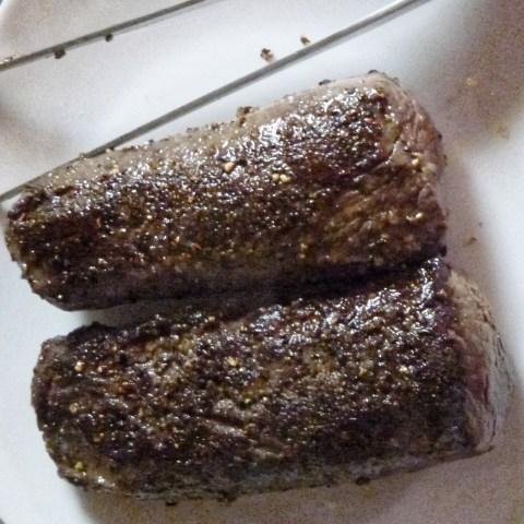 Bild: Die kurz bei starker Hitze angebratenen und gewürzten Filets vom Sikawild. Klicken Sie auf das Bild um es zu vergrößern.
