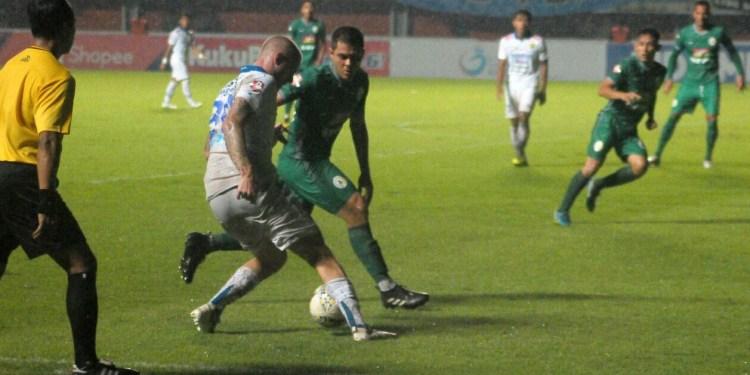 Pemain asing Persib, Kevin Van Kippersluis (putih), mendapat kawalan gelandang PSS, Guilherme Batata, dalam laga di Stadion Maguwoharjo, Sleman (7/12/2019). (Sumber: Bola.com)
