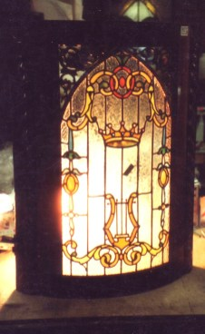 曲面窓のアンティークステンドグラス。上部がロケット形となっている。