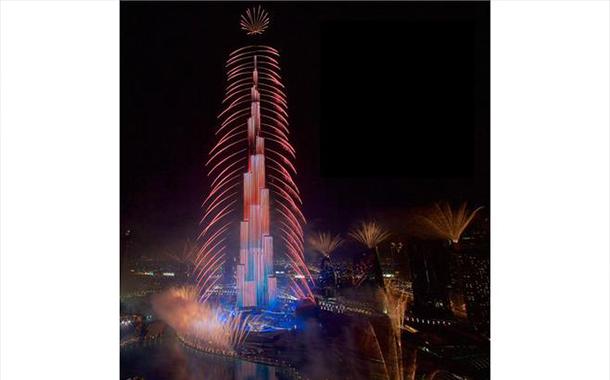 دبي تحتفل بالعام الجديد بألعاب نارية مبهرة في برج خليفة