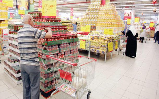 متسوقون يبتاعون مواد غذائية من احد المراكز التجارية في عمان - (ارشيفية)