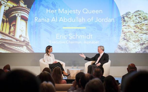 """الملكة خلال مشاركتها في لندن امس الاثنين في """"غوغل زايتغايست"""""""
