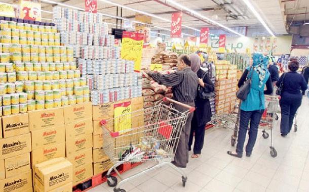 متسوقون يبتاعون مواد غذائية من أحد المراكز التجارية في عمان - (الغد)