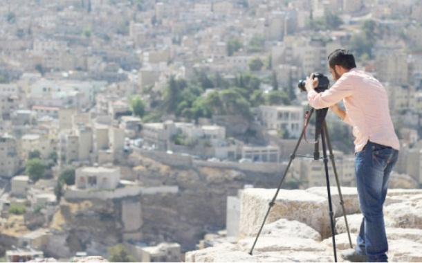 الطالب جهاد هداية خلال تصويره لفيلم عن عمان -(من المصدر)