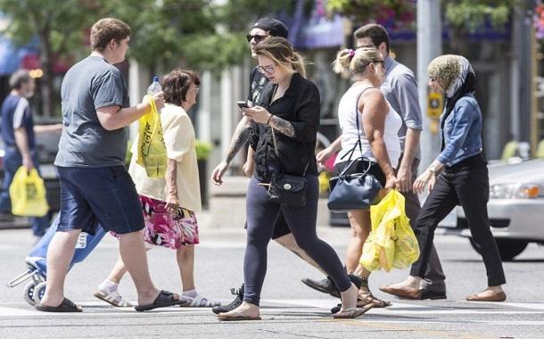 مدينة أمريكية تحظر تصفح الهواتف في الطُرقات