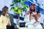 ولي عهد السعودية يستعين بهاتفين للإشارة إلى التطور التقني في مشروع نيوم