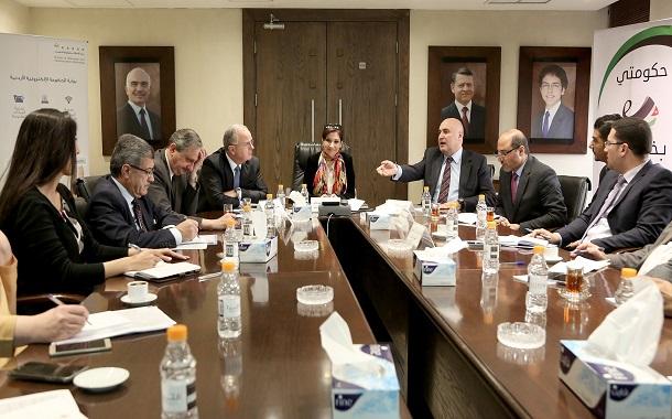 مناقشة سير العمل في الخدمات الالكترونية للأراضي والعمل والسياحة والاستثمار