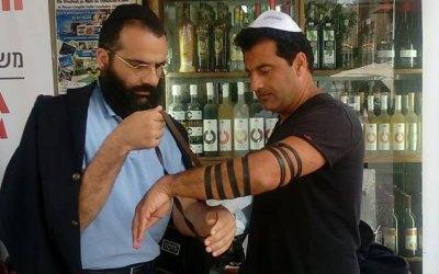 Photo du jour : le chanteur Yoni Shlomo au stand de Mivtsaïm de Netanya