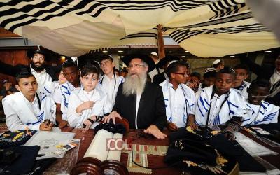 Bar Mitsva au Kotel pour des dizaines de jeunes de Lod, Ashdod et Hadera
