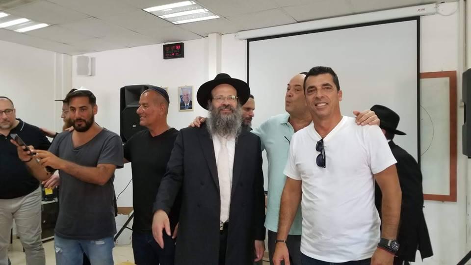 Israel : Le Rav Mendel Raskin du Beth Habad de St Luc (Canada), distribue 45 paires de Tefilines aux soldats