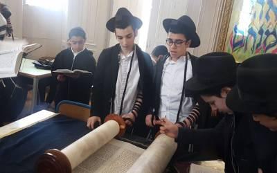 Photo du jour : Minyan du Taanit Esther au Heder Ohel Menahem (Beth Rivkah Yerres)