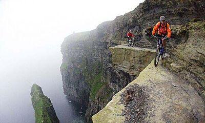 霧の中、崖の淵を歩く・・・