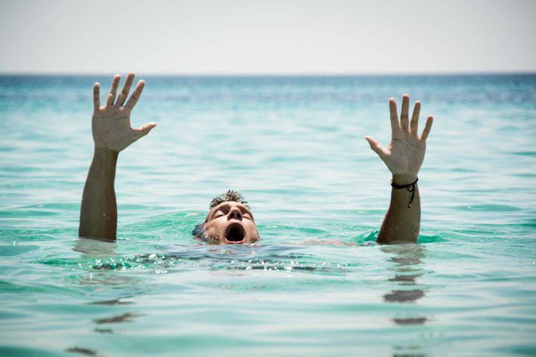4 Cara Menolong Orang Tenggelam di Air Kolam, Air Laut, dan Air Sungai