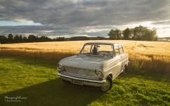 Heldigvis er jeg litt treig. Da de fleste hadde dratt så kom plutselig noen gylne solstriper inn over åkeren og treff denne fine Opelen med bare 4000 km på klokka. Da stod jeg der med kameraet mitt jeg og fikk et ekstra fint bilde med hjem. :-)