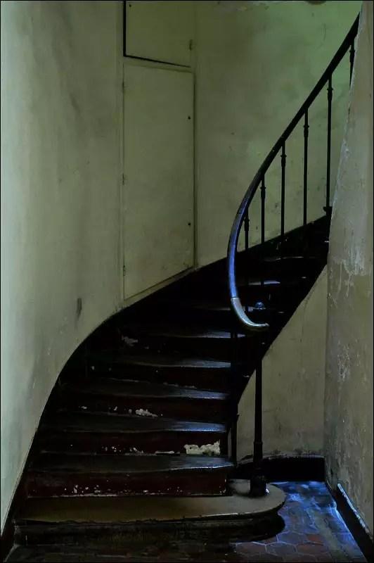 la plupart des escaliers serpentent à droite