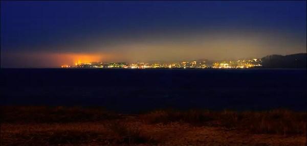 l'éclairage du village balnéaire Laboe ; à la gauche le mémorial naval