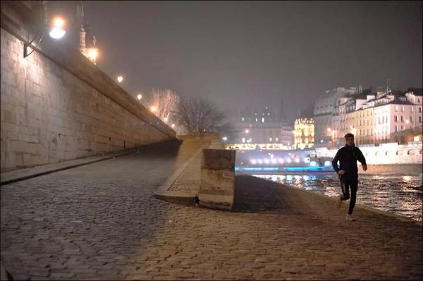 joggeur aux bords de la Seine