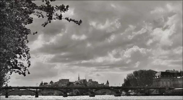 au contre-jour du matin, la Seine apparaît sous un ciel lourd