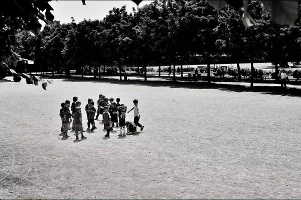 des enfants se rencontrent dans le jardin de Tuileries pour une lesson