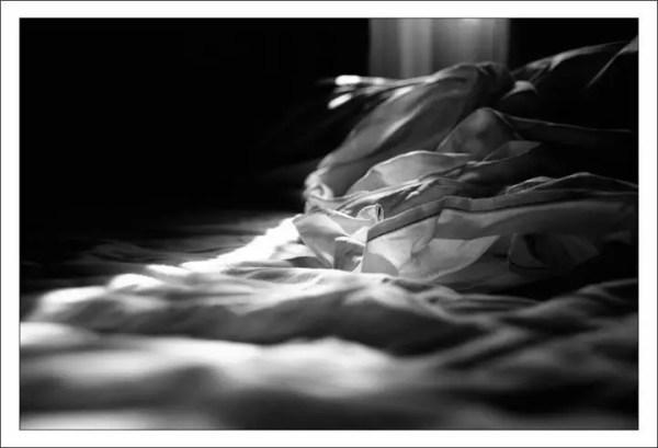 un rayon joue sur la literie. Camaret-sur-Mer, 2012