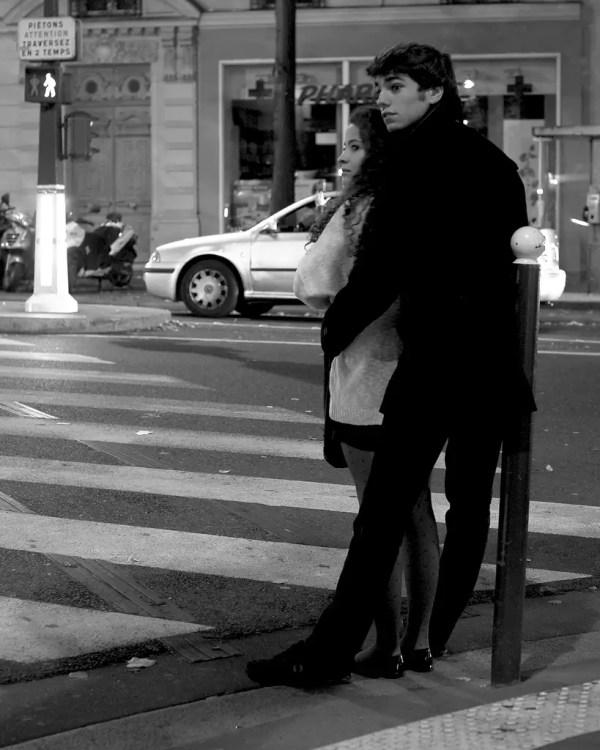 en attendant un taxi, la nuit tire à sa fin