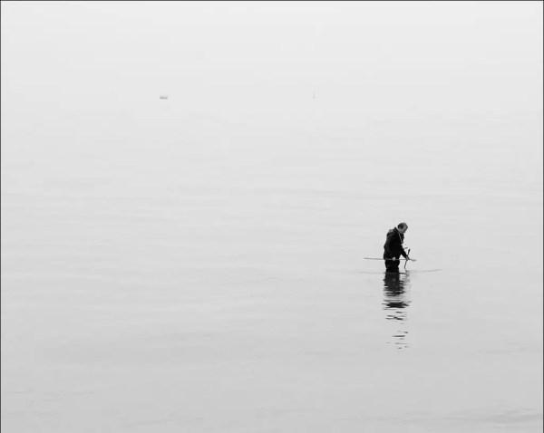 au milieu de nulle part le pêcheur cherche des vers de vase