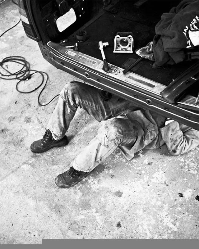 Auch wenn es nicht zu sehen ist : Hier wird der Unterboden konserviert, bevor der Tank wieder an die ihm originäŠr zugedachte Stelle wandert.