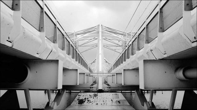 la construction du pont rappelle d'une crabe