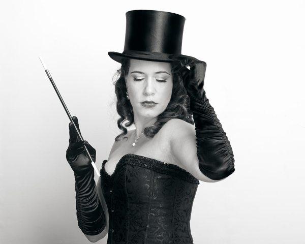 femme en corset et avec un gibus