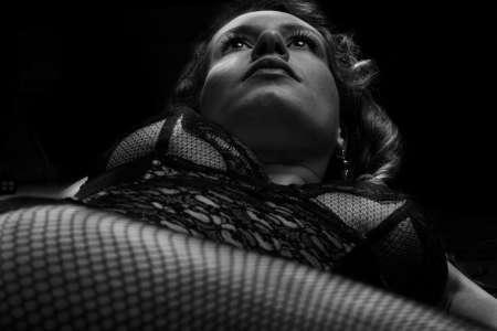 femme en état pensive, lingerie noire