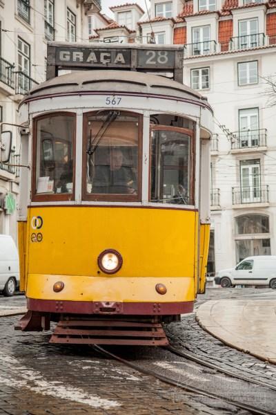 Lissabons Touristenattraktion: Die alte Strassenbahn Nummer 28 auf ihrer Fahrt durch die Altstadt