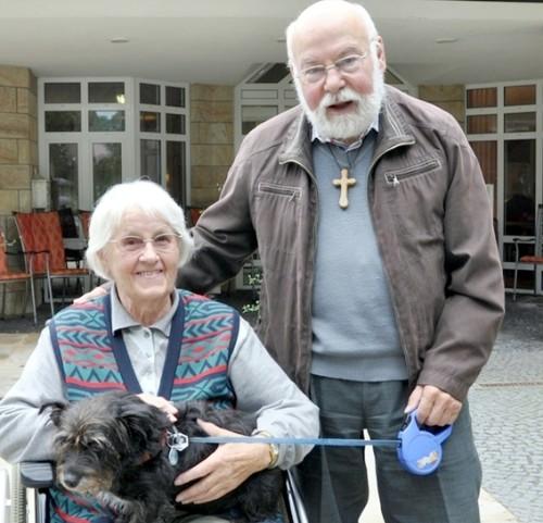 Pfarrer em. Konrad Köster mit einer Heimbewohnerin