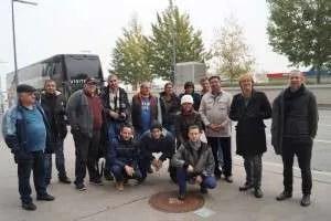 Gruppenfoto vor der Rundfahrt am Flughafengelände