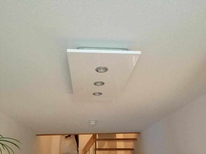 Deckenlampe mit drei GU Downlights und LED Streifen