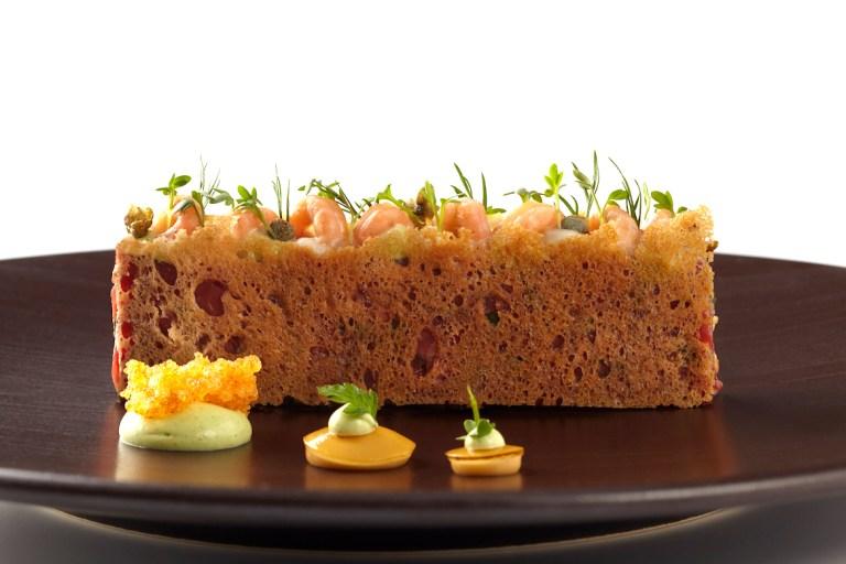 "Northern German sandwich ""Stulle"" – raw beef & Büsum shrimps - Remoulade, lemon & garden by Aqua. Photo: Götz Wrage"