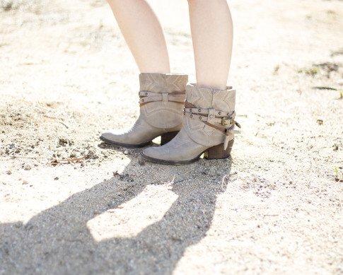 An Dyer wearing Steve Madden BackTalk boots